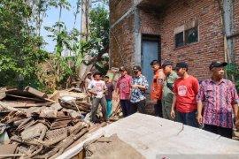 Hujan lebat robohkan rumah warga nenek Siani di Malang