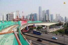 Menteri PUPR Basuki Hadimuljono apresiasi insinyur lokal pembuat jembatan lengkung LRT