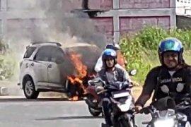 Sebuah mobil terbakar di dekat Transmart Kubu Raya