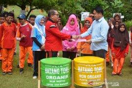 SMPN 1 Marancar dapat bantuan bank sampah dari PLTA Batang Toru