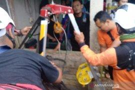 Petugas SAR gabungan evakuasi tiga warga terjerembab ke dalam sumur