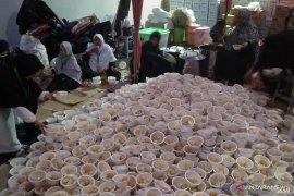 Sukarelawan siapkan makanan  peserta Reuni 212