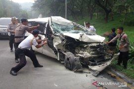 Mini bus seruduk truk mogok di Sentul Bogor akibatkan satu orang korban luka
