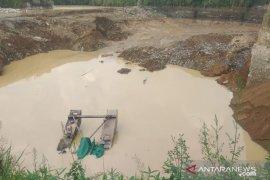 Operator alat tambang pasir tertimbun longsor di Cianjur