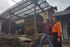 Puting beliung rusak puluhan rumah di Temanggung