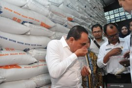 Astaga, saat sidak Gubernur Sumut temukan beras impor bau apek