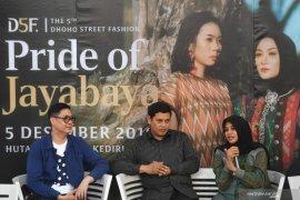 Dhoho Street Fashion tonjolkan tenun ikat khas Kota Kediri