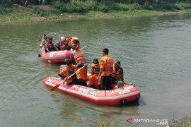 Tiga warga Bandung Barat terseret arus banjir di Curug Malela