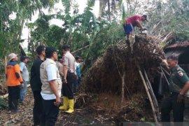 Seorang terluka dan puluhan rumah di Jember rusak akibat puting beliung