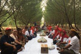 Di Hutan Pakal Surabaya Relawan Risma gelar potong tumpeng