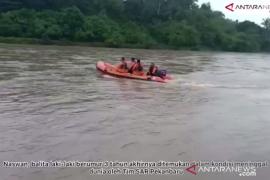 Balita hanyut ,  ditemukan tiga kilometer dari lokasi kejadian