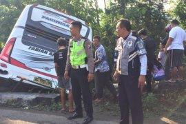 Polisi Blitar evakuasi badan bus terjun ke sungai
