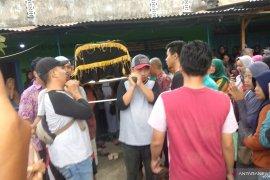 Empat korban tewas kecelakaan bus rombongan guru TK asal Tulungagung dimakamkan