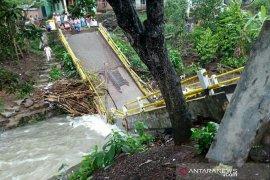 Dua jembatan putus serta tiga desa terendam banjir di Empat Lawang