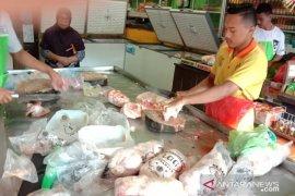 Harga daging ayam beku dan telur ayam di pasar Ambon  naik
