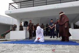 76 pelanggar syariat Islam di Aceh dicambuk