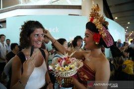 Bandara Ngurah Rai suguhi wisatawan dengan seni tradisional Bali