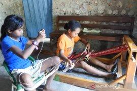 Regenerasi penenun di Kampung Berseri Sonraen menjawab kepunahan