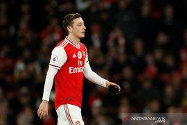 Mesut Ozil menolak kesepakatan pemotongan gaji 12,5 persen