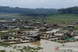 Puluhan jaring apung Jangari rusak akibat arus deras sungai Cisokan