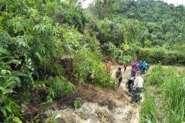 Curah hujan tinggi, longsor terjadi di tiga titik di Kutambaru Langkat