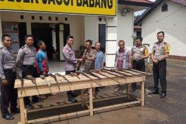Masyarakat Jagoi Babang serahkan 14 senpi rakitan kepada polisi