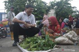 Blusukan ke pasar, Denny Indrayana dengarkan keluhkan warga Barabai