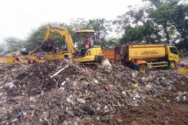 """Pemkab Tangerang keruk timbunan """"pulau"""" sampah bantaran Cisadane"""