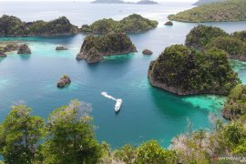 Kapal Pesiar dilaporkan kandas di gugusan terumbu karang Raja Ampat