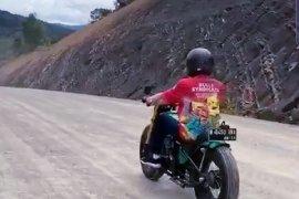 Presiden Joko Widodo jajal trek jalan perbatasan Nunukan tunggangi motor