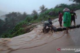 Longsor tutupi akses jalan lintas Sulawesi bagian barat Gorontalo Utara