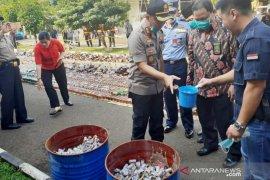 Ribuan petasan dan miras dimusnahkan jelang Natal dan Tahun Baru 2020 di Bogor