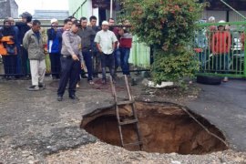 Shalat subuh ke masjid, seorang lansia hilang diduga terperosok ke lubang jalan yang amblas