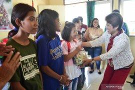 Mercy Barends safari natal kunjungi janda dan penyandang disabilitas