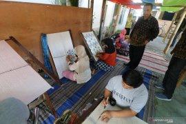 Pasar rakyat kampung tenun ikat