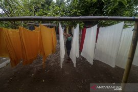 Perajin batik tulis desa Trusmi