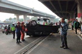 Damkar DKI evakuasi minibus terbalik di Jalan DI Panjaitan