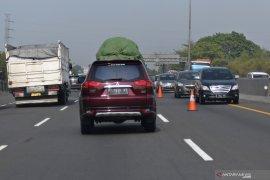 20 truk langgar aturan pembatasan kendaraan di Tol Japek saat Natal