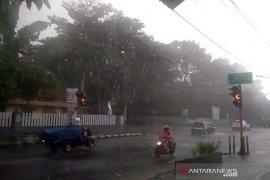Awas! hujan disertai petir dan angin kencang di Jakarta Selatan