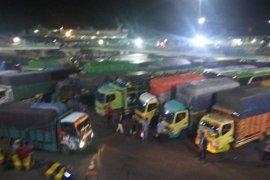Penumpang di Pelabuhan Penyeberangan  Merak Banten ramai