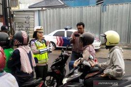 Polisi bagikan makanan ringan ke pengendara saat rekayasa lalu lintas di Lembang
