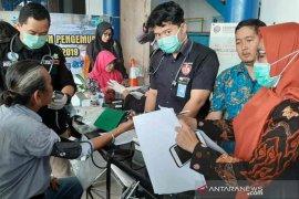 BNNK dan Polres Cirebon tes urine sopir bus