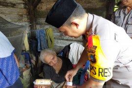 Polisi Bangka Barat salurkan bantuan sembako kepada warga kurang mampu