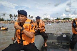 Tim SAR Brimob jaga Pantai Takisung selama liburan natal dan tahun baru