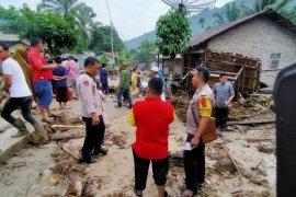 Polres kirim kekuatan penuh bantu korban banjir besar di Labuhanbatu Utara