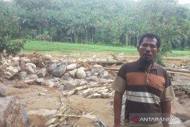 Banjir bandang sisakan tumpukan batu raksasa dan trauma