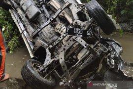 Mobil masuk jurang, dua penumpang tewas
