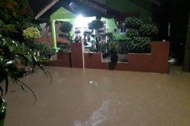 Banjir di Perumahan Cimareme Indah Bandung akibat tanggul jebol