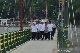 Jokowi jalan kaki lintasi jembatan Bendungan Kamijoro Yogyakarta