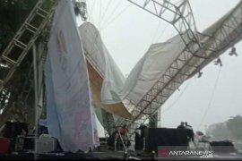 Hujan deras, atap panggung malam tahun baru ambruk